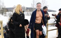 """Đại sứ Mỹ tại Nga """"nhập gia tùy tục"""" tắm trong hồ lạnh như ông Vladimir Putin"""