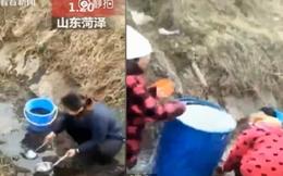 Xe tải lật, dân Trung Quốc thi nhau 'hôi' dầu ăn dưới mương về để nấu ăn