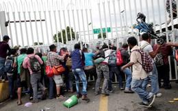 Tổng thống Trump đe doạ có thể nổ súng bắn những người di cư ném đá