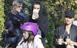Victoria Beckham để mặt mộc đưa Harper và các con trai đi dạo phố