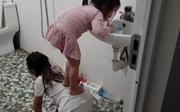 """Quỳ xuống làm ghế cho em gái đứng đánh răng, cô chị được gọi tên """"chị gái quốc dân"""""""