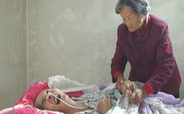 Mẹ chăm sóc con trai hôn mê suốt 12 năm ròng không nản chí, điều kỳ diệu không ai ngờ đã xảy ra
