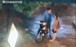 """Cặp đôi cãi nhau dưới mưa, """"người thứ ba"""" xuất hiện nhưng lại được dân mạng ủng hộ vì hành động này"""