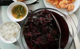 Khoe mâm cơm trưa đơn giản mà bắt mắt cho hai người, vợ trẻ gây tranh cãi bởi tô canh rau dền đỏ