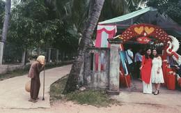 2 cô gái xinh đẹp chụp ảnh ở cổng rạp cưới nhưng hình ảnh cụ bà chống gậy đứng bên đường lại khiến nhiều người chú ý
