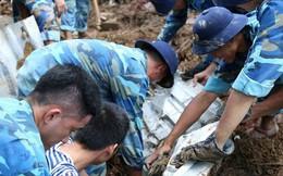 Chùm ảnh: Người dân Nha Trang đau xót dựng bàn thờ chung cho những nạn nhân đã khuất sau trận lũ và sạt lở lịch sử