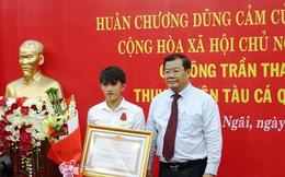 Ngư dân Trần Thanh Ron nhận Huân chương dũng cảm