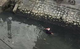 """Hải Phòng: Đánh phụ nữ giữa đường, thanh niên bị người dân cho """"tắm bùn"""" dưới kênh"""