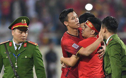 Đội trưởng tuyển Việt Nam hành động đẹp với fan quá khích khiến cả sân vỗ tay tán thưởng