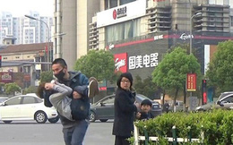 """Mẹ đưa con gái đi dạo phố bất ngờ bị người đàn ông lạ mặt chạy theo hỏi: """"Có muốn bán con không?"""""""