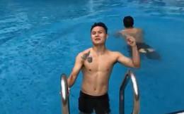 Khoe mình sắp trổ tài bơi bướm 50m nhưng hành động của Quang Hải lại khiến người xem ngã ngửa