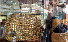 """Khu chợ """"không có gì ngoài điều kiện"""" ở Dubai: Trưng bày chiếc nhẫn vàng lớn nhất thế giới nặng 64kg trị giá 3 triệu USD để du khách tha hồ selfie"""