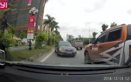 Đi ngược chiều, xe biển xanh bị ép lùi hàng trăm mét ở Hà Nội
