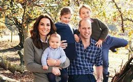 Thiệp mừng Giáng sinh nhà William - Kate gây sốt dư luận, em út Louis lớn bổng, anh cả George lần đầu mặc quần jeans