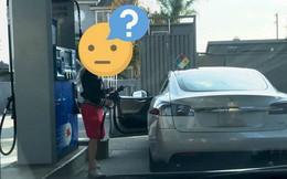 Cô gái loay hoay tìm chỗ đổ xăng của chiếc ô tô, biết lý do dân mạng không nhịn được cười