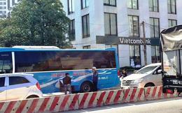 Cận cảnh xe khách tung hoành trái phép trên đường tắc nghẽn của Thủ đô