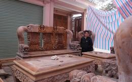 """Choáng ngợp bộ bàn ghế cho """"người khổng lồ"""" của đại gia phố núi Nghệ An: Làm bằng gỗ được tuyển lựa, cao hơn đầu người"""