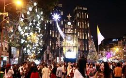 Người dân xuống đường đón Giáng sinh
