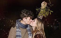 """""""Nụ hôn dưới cây tầm gửi"""" trong lễ Giáng Sinh: tục lệ này bắt nguồn từ đâu và có ý nghĩa gì?"""