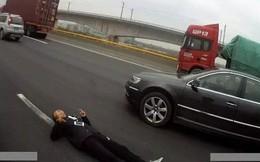 """Thấy người đàn ông nằm co giật trên đường cao tốc, cảnh sát vội vàng tới giải cứu rồi """"cạn lời"""" khi biết sự thật"""