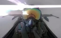 Khoảnh khắc sét đánh trúng chiến đấu cơ F-18, phi công giật mình hoảng sợ