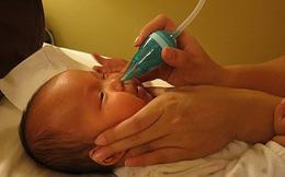 """Con """"hỏng"""" mũi vì trẻ mới sụt sịt mẹ đã vội vàng hút mũi"""