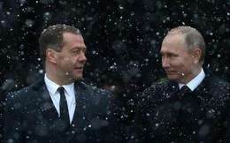 """Thắng Đông thắng Tây, nhưng không """"thắng"""" được lòng dân: Chính phủ của ông Medvedev gặp rắc rối"""