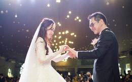 Clip: Khoảnh khắc ngọt ngào trong đám cưới của NSND Trung Hiếu ở tuổi 46 với bà xã kém gần 2 con giáp
