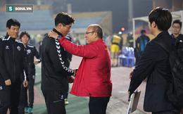 HLV Park Hang-seo xúc động, tay bắt mặt mừng với đồng hương
