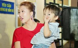 Phi Thanh Vân đưa con trai đi làm từ thiện cuối năm