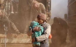 24h qua ảnh: Người đàn ông Syria ôm con chạy khỏi vùng chiến sự