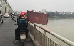 Xôn xao hình ảnh người phụ nữ vứt cả bàn thờ xuống sông để tiễn ông Táo