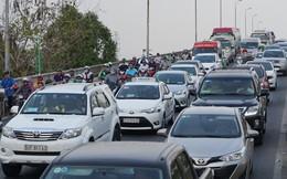 Chục ngàn người về quê, đường quanh bến xe Miền Đông kẹt cứng