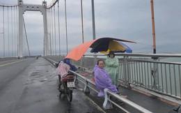 Nghẹn lòng mẹ già đội mưa chờ tìm thi thể con trai trong ngày giáp Tết ở Đà Nẵng
