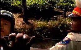 2 thanh niên lạ bị tố gây gổ khi chủ xe quay clip làm việc với CSGT: Chỉ là người đi đường