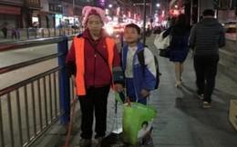 Cậu bé 11 tuổi quét rác giúp mẹ khiến cư dân mạng không ngớt xúc động