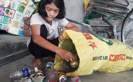 Nữ sinh nghèo đứng cả giờ chờ người đánh rơi túi tiền để trả lại
