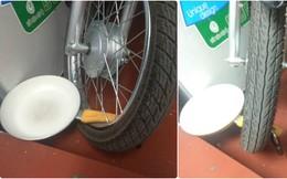 Dưới bánh xe máy, chiếc chảo với công dụng đặc biệt không ai ngờ khiến tất cả bật cười