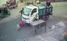 Bị xe tải đâm trúng, chui cả vào gầm nhưng vẫn thoát chết thần kỳ