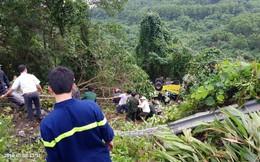 Xe khách chở hàng chục sinh viên và giáo viên lao xuống vực ở đèo Hải Vân, một nạn nhân đứt lìa cánh tay