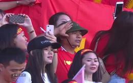 """Người đàn ông đội mũ cối hát Quốc ca trên khán đài trận Việt Nam - Iraq, hình ảnh gây """"bão"""" mạng"""