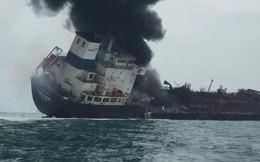 Tàu chở dầu treo cờ Việt Nam cháy ngùn ngụt ngoài khơi Hong Kong, có người thiệt mạng