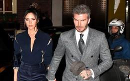 Vợ chồng Beckham nắm chặt tay để chứng minh vẫn hạnh phúc nhưng biểu cảm của Vic lại gây phản tác dụng