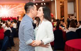 Ngọc Hiền tái xuất sau hơn 1 tháng sinh con thứ 3, thoải mái hôn chồng tại sự kiện