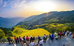24h qua ảnh: Du khách chụp ảnh ruộng bậc thang vào vụ lúa chín ở Trung Quốc