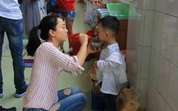 """Con trai 4 tuổi đi học mẫu giáo bị sụt 3kg sau nửa tháng, mẹ tức giận """"hỏi tội"""" cô giáo nhưng lại bẽ mặt vì lý do này"""