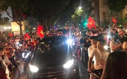 23h45 đường phố vẫn tắc nghẽn vì CĐV ăn mừng sau chiến thắng tuyển Việt Nam