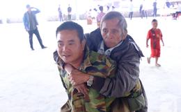 Hình ảnh xúc động tại Lào: Con trai út cõng cha già 77 tuổi bị liệt vượt hàng chục cây số đến nhờ bác sĩ Việt chữa trị
