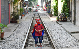 24h qua ảnh: Cậu bé chụp ảnh trên phố đường tàu ở Việt Nam
