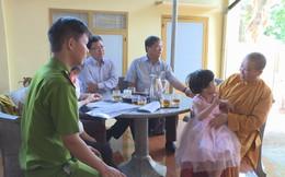 """Bàn giao bé gái 4 tuổi bị """"lạc"""" từ miền Tây lên Đắk Lắk về cho gia đình"""